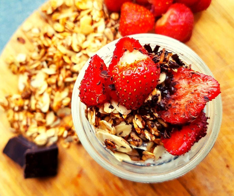 granola z patelni z owocami i jogurtem straciatella