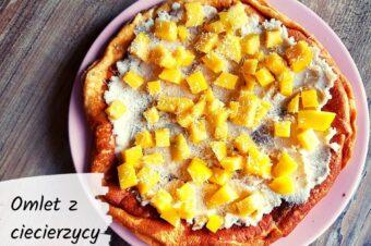 Omlet z ciecierzycy z kokosowym kremem i mango